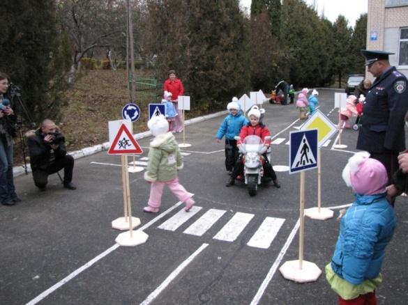 На Черкащині вихованці дитсадка їздять на електромобілях