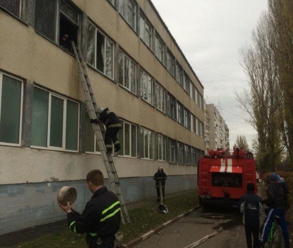 У Черкасах гасили пожежу у школі (ФОТО, ВІДЕО)