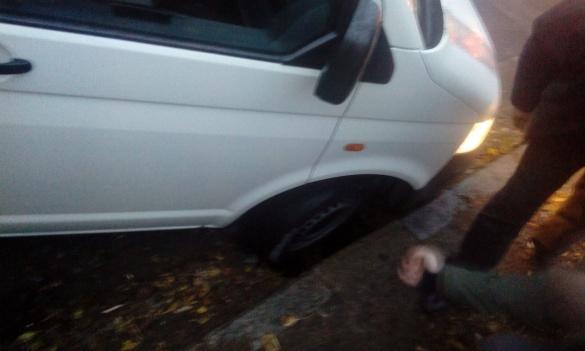 У Черкасах машина застрягла у каналізаційній ямі (ФОТО)