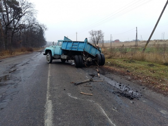 На Черкащині вантажівка залишилася без коліс посеред дороги (ФОТО)