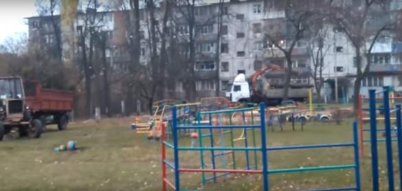 У Черкасах невідомі нищать дерева на дитячому майданчику