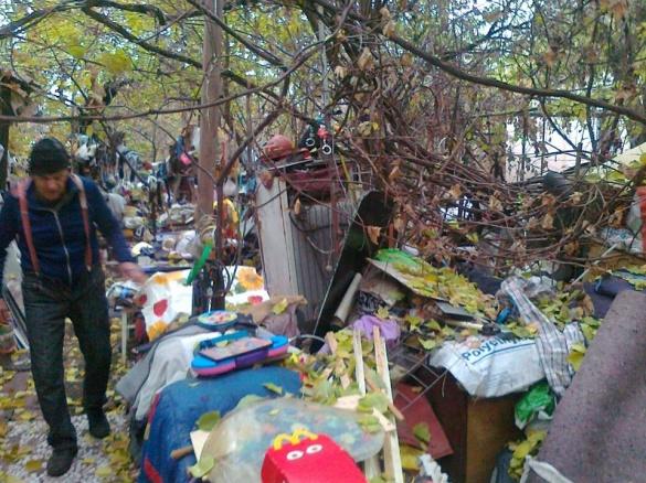 Черкаський дідусь в подвір'ї будинку влаштував сміттєвий склад (ФОТО)