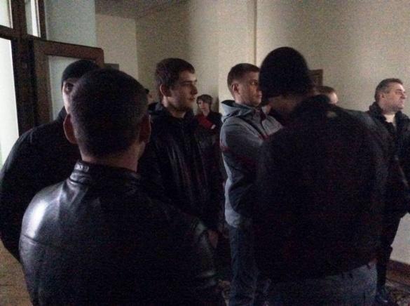 В Черкаській ОДА мітингували хлопці у спортивних штанях проти Вельбівця (ФОТО)