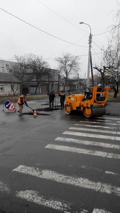 Черкаські дороги знову ремонтують у дощ (фотофакт)