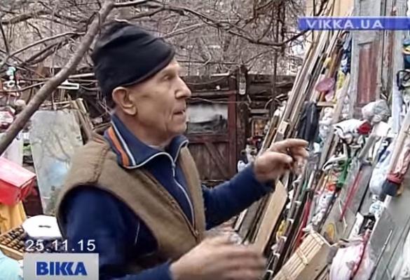 У власному дворі дідусь десятиріччями збирає мотлох