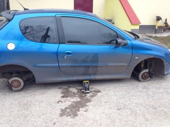 У Черкасах власниця машини розшукує вкрадені колеса