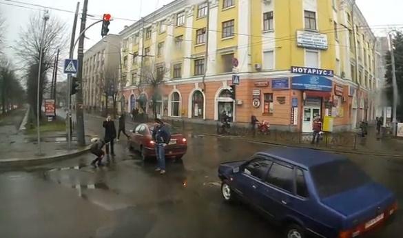 Водій тролейбусу зафіксувала ДТП у центрі Черкас (ВІДЕО)
