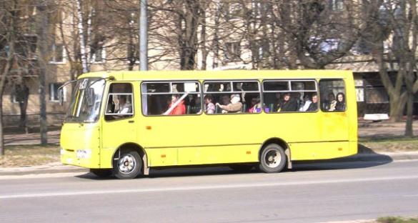 В мережі показали, як у Черкасах маршрутка порушує правила руху (ВІДЕО)
