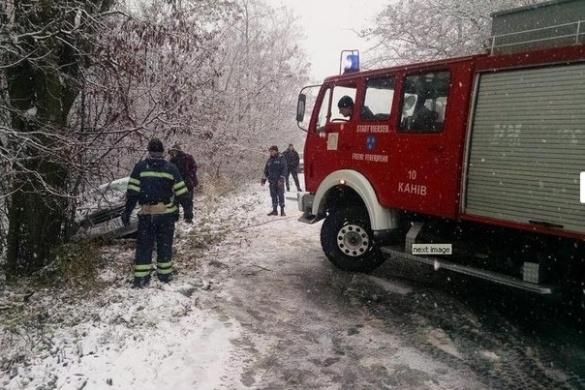 Через засніжену трасу водій на Черкащині в'їхав у дерево (ВІДЕО)