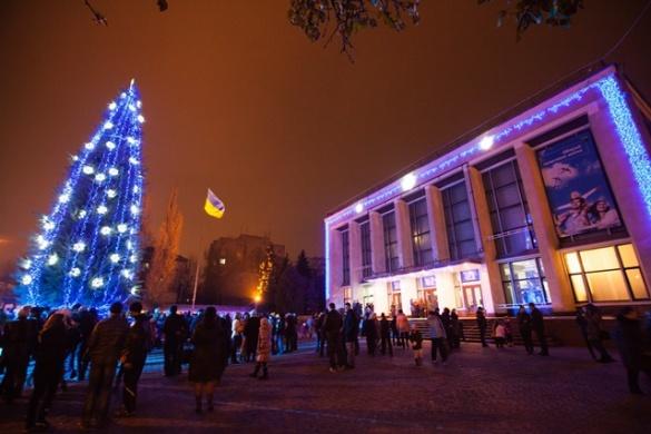 У центрі міста встановлюють 15-метрову новорічну ялинку