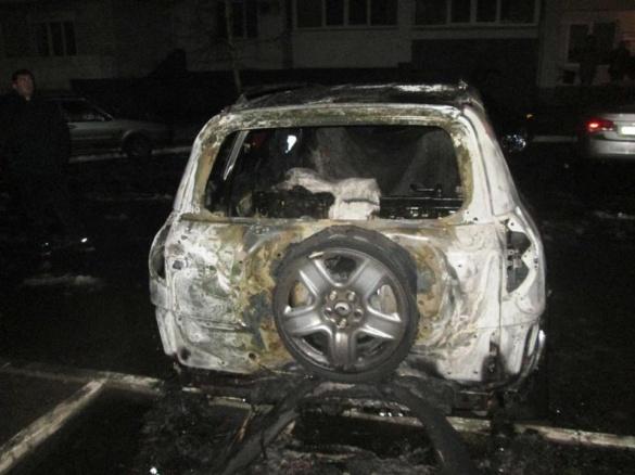Уночі в середмісті Черкас майже згорів автомобіль