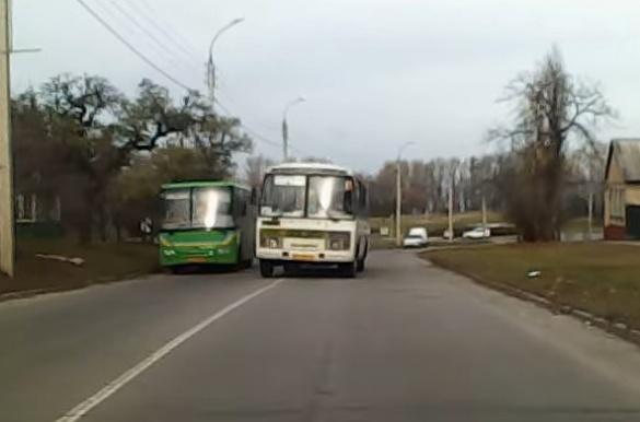 У Черкасах маршрутка мало не зіткнулася з автомобілем (ВІДЕО)