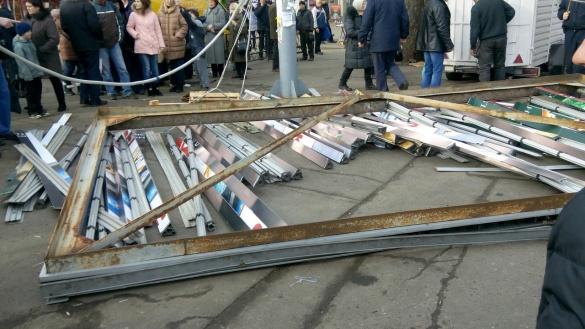 У центрі Черкас рекламний щит впав на людей: постраждали 7 осіб