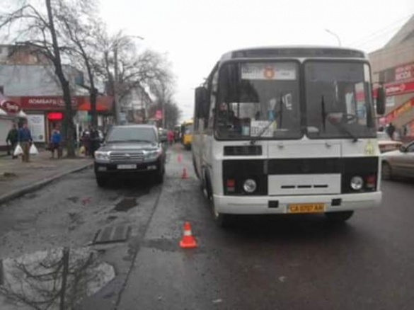 У центрі Черкас зухвалий водій залишив авто посеред зупинки (ФОТО)