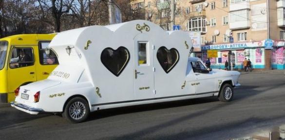 Черкасами їздить чудернацький весільний автомобіль