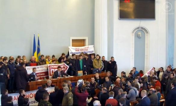 Мітингуючі кричать Вельбівцю