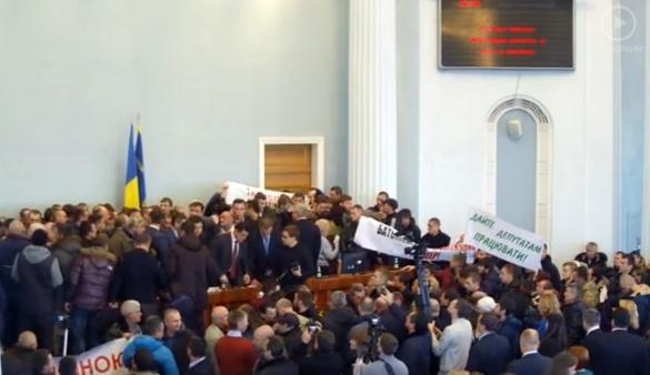 Депутатів обласної ради заблокували у сесійному залі (ФОТО)