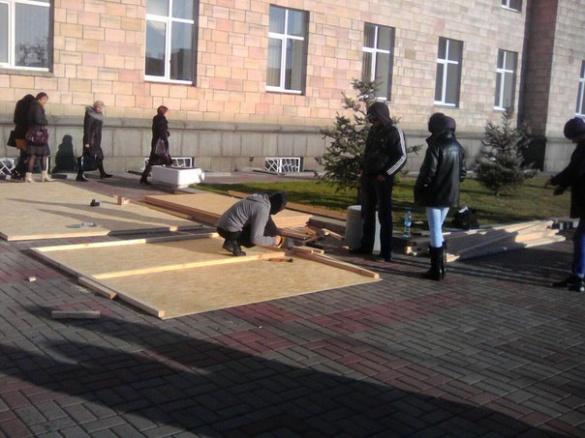 Під Черкаською ОДА протестувальники будують хатинку (ФОТО)
