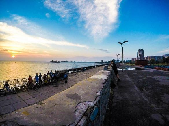 Черкащани у мережі милуються фотографією світанку на пірсі