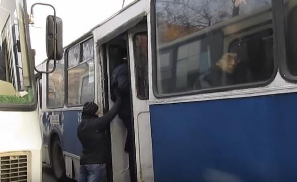 Час пік у Черкасах: містян трамбують у тролейбус, щоб зачинились двері (ВІДЕО)