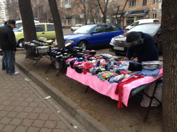 У Черкасах торгують шкарпетками та бубликами просто на газонах (ФОТО)
