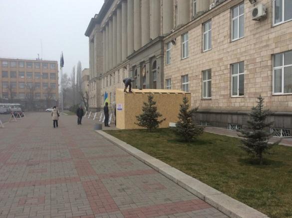 Міський голова Черкас проти споруд під стінами прокуратури та ОДА, але прибрати їх не може