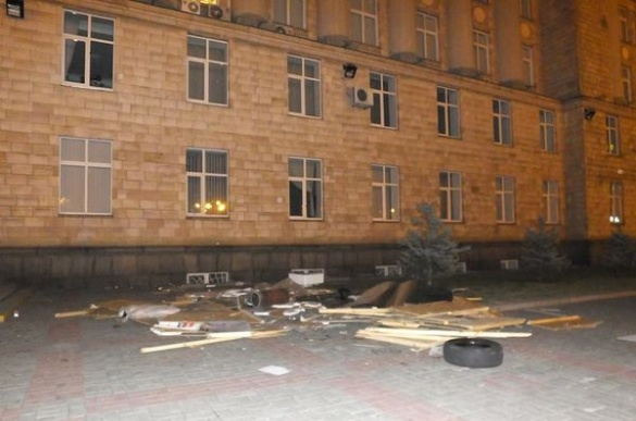 Невідомі у масках побили мітингувальників і зруйнували хатинку на Соборній площі (ВІДЕО)