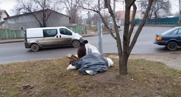 У Черкасах просто неба живе безпритульний чоловік