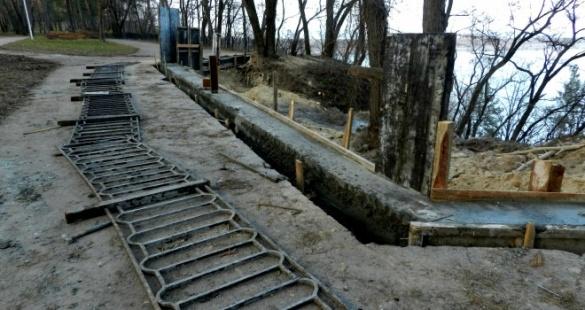 У черкаському парку почали ремонтувати аварійний схил