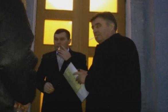 Черкащани присоромили депутатів та правоохоронців, які курили під стінами облради (ВІДЕО)