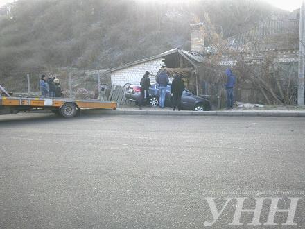 Біля Долини троянд у Черкасах машина врізалася в будинок (ФОТО)