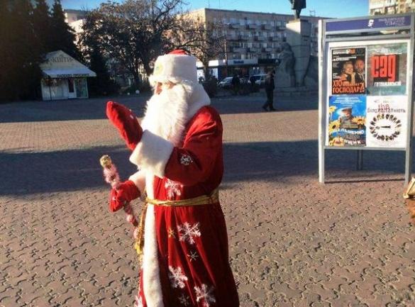 У центрі Черкас на людей вже чекає Дід Мороз (ФОТО)
