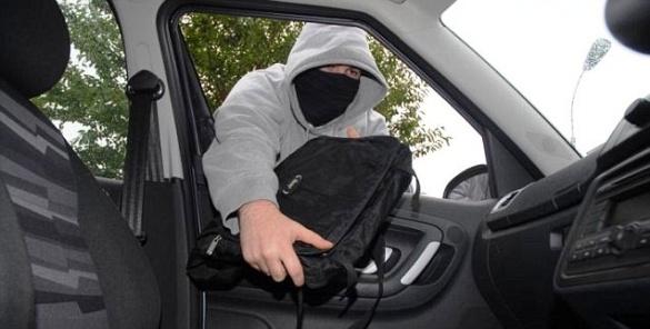 На Черкащині із авто вкрали 12 тисяч доларів