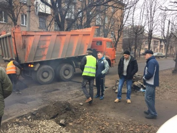 У Черкасах ремонтують дорогу із жахливими ямами (ФОТО)