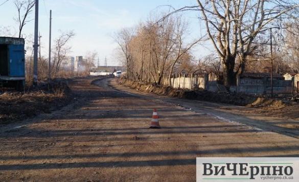 У Черкасах повним ходом ремонтують дорогу на кладовище