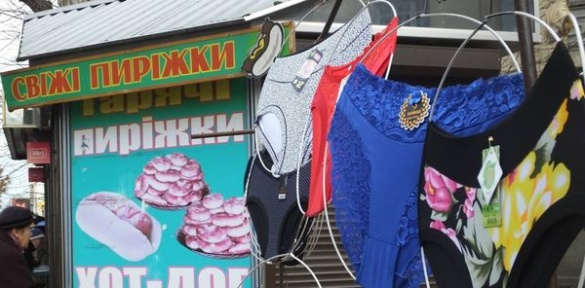 Маркетинг по-черкаськи: спідню білизну продають разом із пиріжками