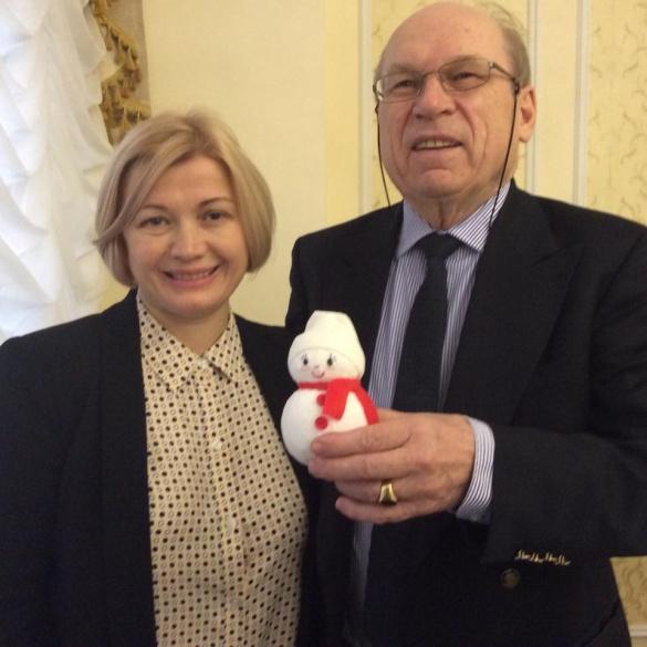 Сніговичка маленького черкащанина подарували швейцарському представнику ОБСЄ