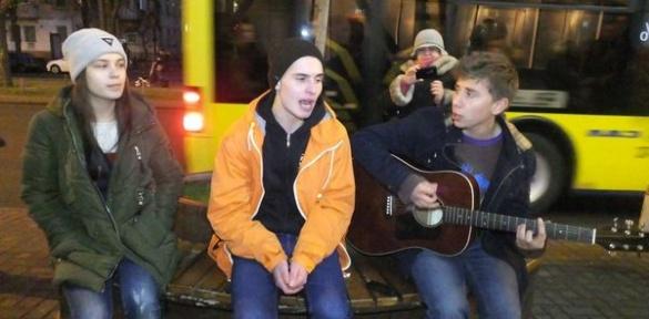 Черкаські студенти біля ТРЦ заробляють на життя (ВІДЕО)