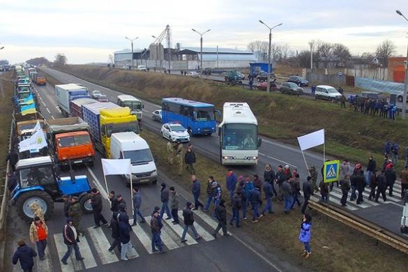 В Черкаській області люди перекрили трасу