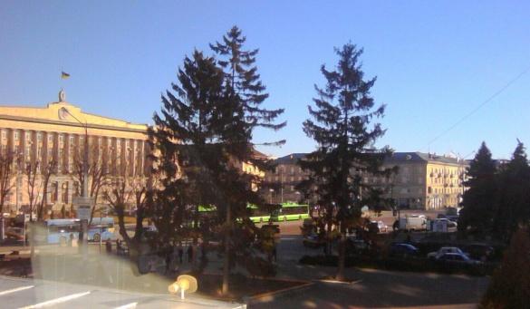 Нові черкаські тролейбуси вже на Соборній площі (фотофакт)
