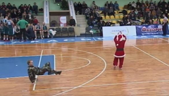 У Черкасах Дід Мороз та військовий влаштували танцювальний батл (ВІДЕО)
