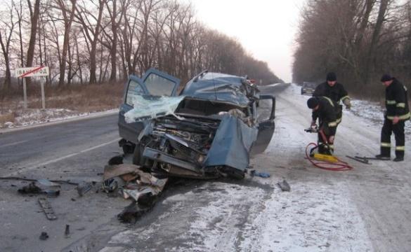 На Черкащині у жахливій аварії зіткнулись легковик та вантажний автомобіль