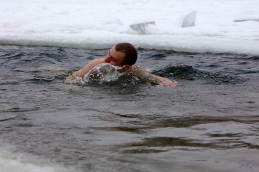 Черкащани зустріли Новий рік, пірнаючи у крижану воду Дніпра