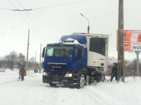Черкаси так засипало снігом, що водії не можуть