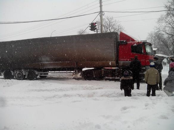 На черкаській дорозі застрягла ще одна вантажівка