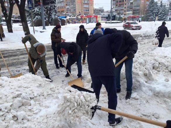Черкаські АЗОВці допомагають розчищати центр міста від снігових завалів