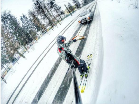 Золотоніський екстремал проїхався на лижах за авто (ФОТО)