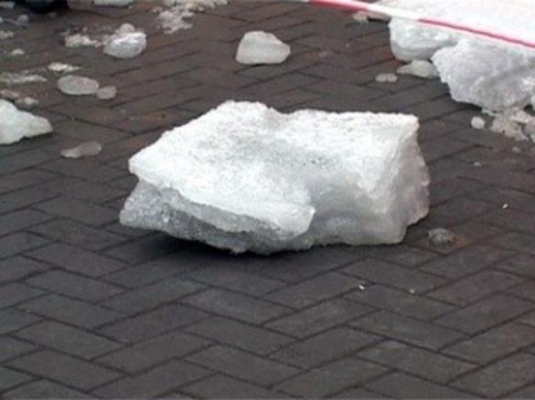 На голову черкащанину із даху будинку впало багато льоду та снігу