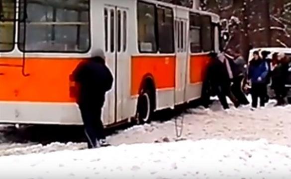 У Черкасах пасажири виштовхали тролейбус зі cнігу