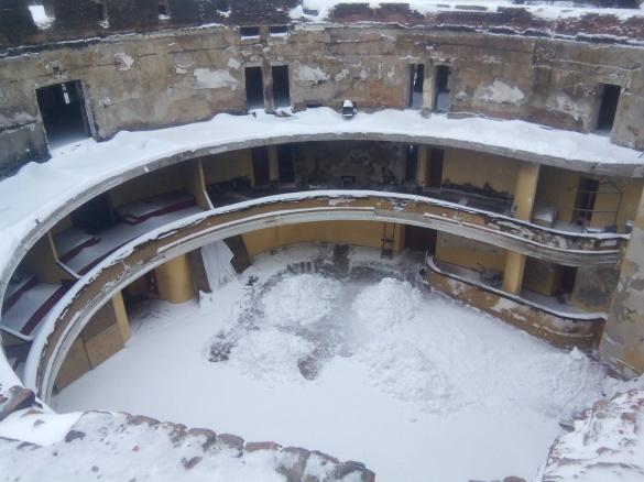 Черкаський драмтеатр засипало снігом (ФОТО)
